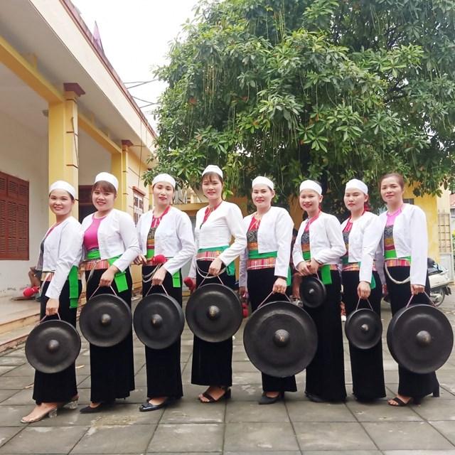 Phụ nữ dân tộc Mường trong trang phục truyền thống,