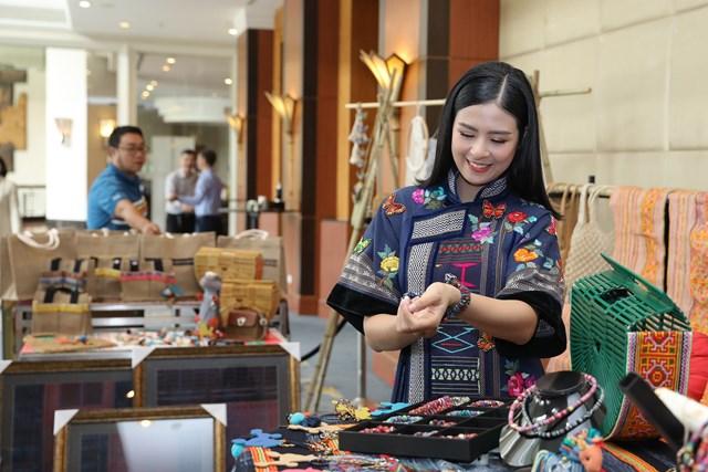 Các sản phẩm làm từ thổ cẩm quảng bá cho du lịch Đắk Nông.