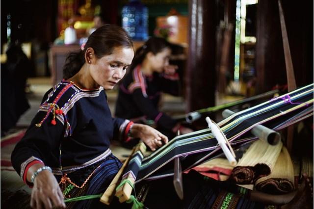 Lưu giữ nghề dệt thổ cẩm truyền thống.