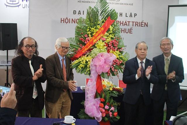 Chủ tịch UBND tỉnh Thừa Thiên - Huế Phan Ngọc Thọ tặng hoa cho lãnh đạo Hội.