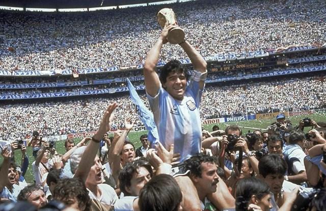 Maradona tỏa sáng và trở thành huyền thoại của bóng đá thế giới với chức vô địch World Cup 1986. Ảnh: Bob Thomas.