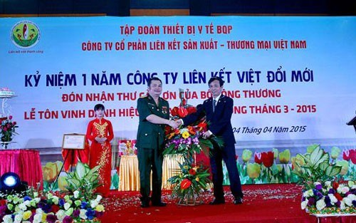 Đại tá dởm Lê Xuân Giang (người mặc quân phục).