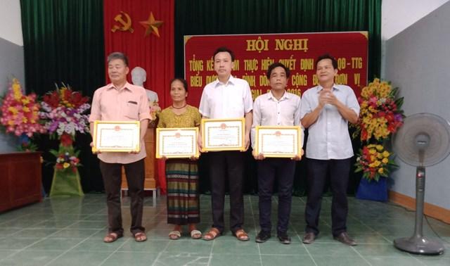 Bà Hồ Thị Pan đại diện gia đình nhận bằng khen vì đã có thành tích tiêu biểu xuất sắc xây dựng Gia đình học tập từ năm 2016 – 2020..