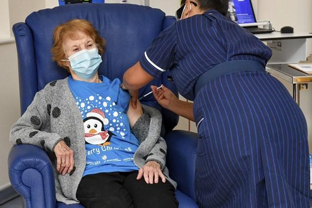 Bà Margaret Keenan, 90 tuổi, người Anh là người đầu tiên trên thế giới chính thức được tiêm vaccine ngừa Covid-19, ngày 8/12/2020.