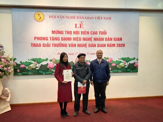 GS-TS Lê Hồng Lý, Chủ tịch Hội Văn nghệ dân gian Việt Nam trao giải cho hai giải Nhì A.