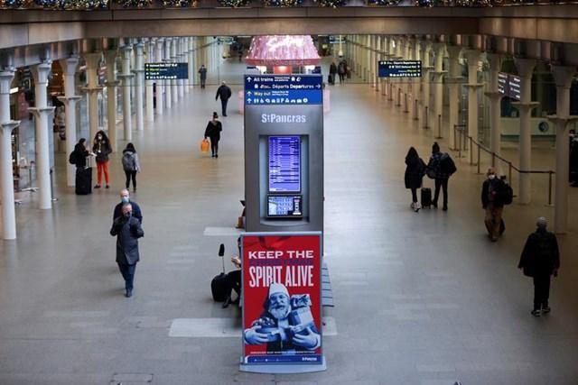 Nhà ga ở London (Anh) vắng vẻ trước thông tin về chủng Covid-19 thứ hai. Ảnh: Reuters.