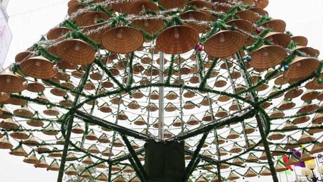 Những chiếc nón lá làm cây thông Noel trong khuôn viên nhà thờ Giáo xứ Bố Sơn, xã Nghi Vạn, huyện Nghi Lộc, Nghệ An.