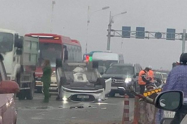 Chiếc xe ô tô do nữ tài xế điều khiển bị lật ngửa trên cầu Vĩnh Tuy (Ảnh: Hải Nguyễn).