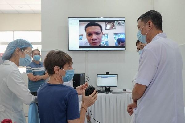 Các bác sĩ khám chữa bệnh từ xa cho bệnh nhân.