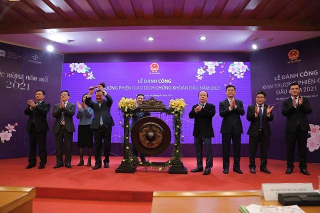 Các đại biểu thực hiện nghi thức đánh cồngkhai trương phiên giao dịch đầu năm 2021.