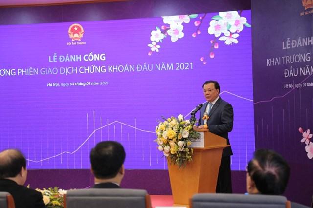 Bộ trưởng Bộ Tài chính Đinh Tiến Dũng phát biểu tại buổi lễ.