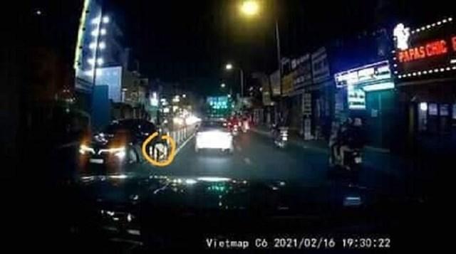 Camera hành trình trên xe chạy ngược chiều cho thấy, chiếc VinFast bị gãy bánh do tông phải con lươn trên đường Phan Văn Trị (quận Gò Vấp, TP HCM) vào ngày 16/2.