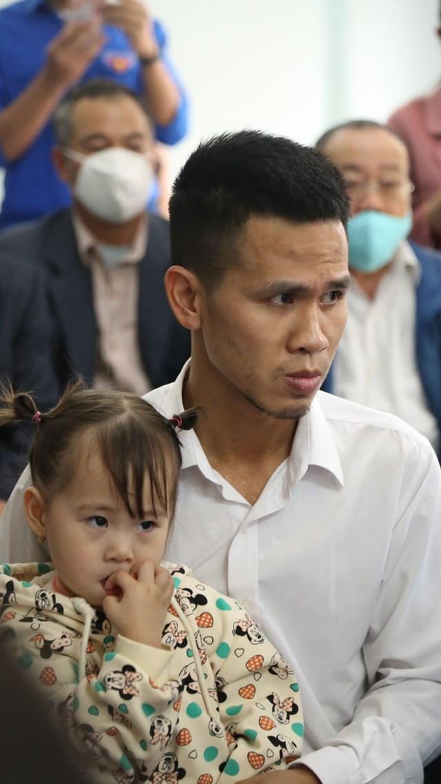 Anh Mạnh và cô con gái của mình.