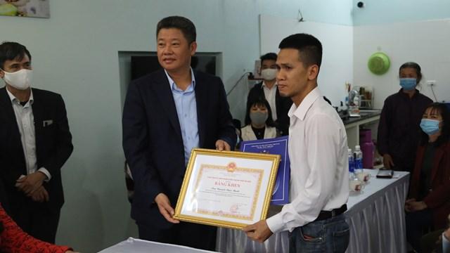 Anh Mạnh nhận Bằng khen của UBND thành phố Hà Nội.