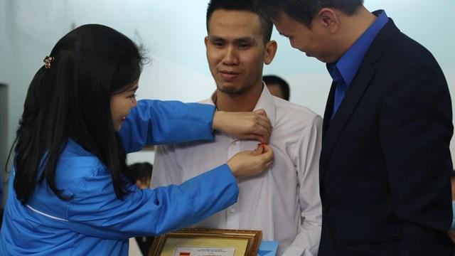 Thành Đoàn Hà Nội trao huy hiệu Tuổi trẻ dũng cảm cho anh Mạnh.
