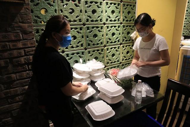 Những suất cơm, canh được đội tình nguyện chuẩn bị chu đáo