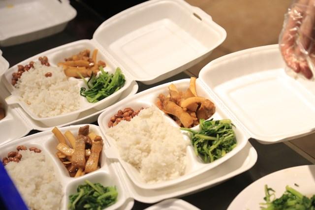 Mỗi suất ăn đều có đủ rau và thức ăn mặn, đảm bảo dinh dưỡng cần thiết.
