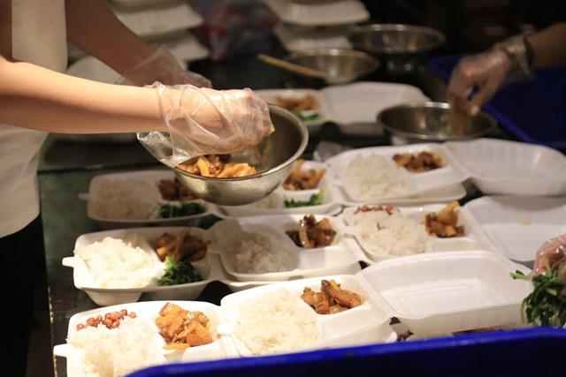 Các suất ăn được nấu bới đầu bếp Nguyễn Thường Quân - Chủ nhà hàng Old Hà Nội - Chủ tịch Hiệp hội đầu bếp. Quá trình nấu ăn đảm bảo tuân thủ các quy định về vệ sinh an toàn thực phẩm, quy định giãn cách và các yêu cầu trong phòng chống dịch Covid-19.