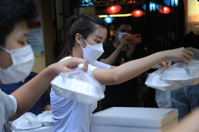 Các suất cơm được CLB xe bán tải địa hình Việt Nam; các tình nguyện viên Thủ đô, các nghệ sĩ tham gia gửi tặng trực tiếp đến tay người nhận.