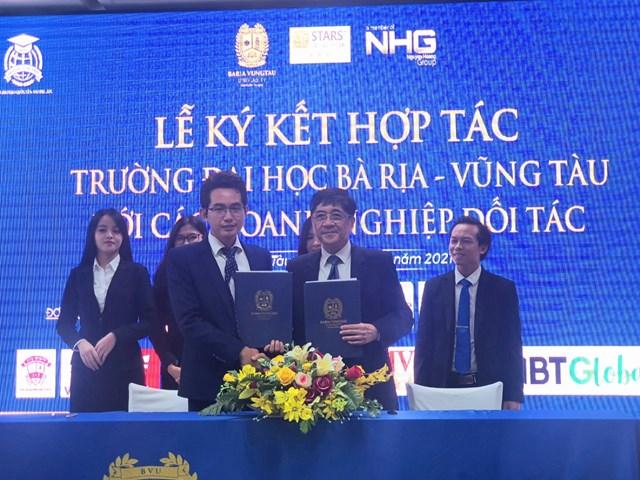 Đại diện lãnh đạo trường Đại học Bà Rịa - Vũng Tàu và các đối tác ký biên bản hợp tác.
