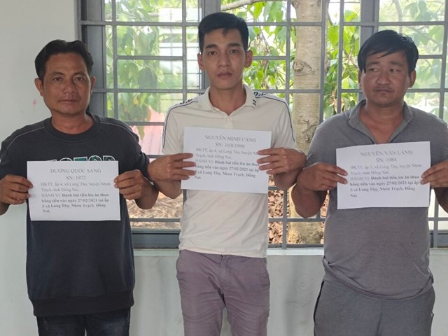 Các đối tượng đánh bạc tại huyện huyện Nhơn Trạch bị bắt giữ (Ảnh: CAĐN).