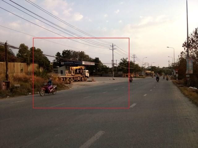 """Các xe đang chờ """"ăn hàng"""" dừng đỗ tại bãi đất trống kế bên nhà máy sản xuất lắp ráp mô tô FSM, trạm xăng dầu Phú Thịnh"""