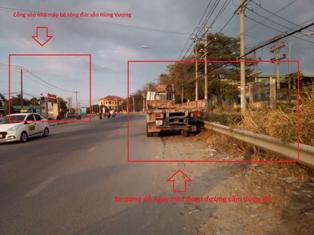 Xe dừng đỗ trên đường ngay cạnh và trước khu vực cổng nhà máy bê tông đúc sẵn Hùng Vương