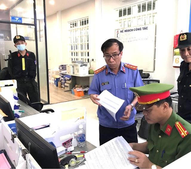 Lực lượng chức năng thực hiện các thủ tục khám xét trụ sở Công ty CP nhiên liệu Phúc Lâm