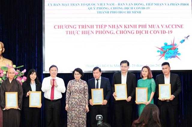 Ông Dương Anh Đức - Phó Chủ tịch Ủy ban Nhân dân TP.HCM trao thư cảm ơn cho đại diện Tập đoàn Hưng Thịnh (bìa phải).
