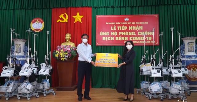 Bà Đặng Thị Kim Oanh, Chủ tịch HĐQT Tập đoàn Kim Oanh, Chủ tịch Quỹ Kim Oanh trao tặng trang thiết bị y tế cho tỉnh Đồng Nai phòng chống dịch Covid-19.