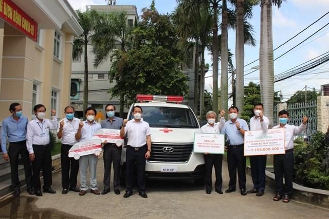 Chủ tịch Ủy ban MTTQ Việt Nam tỉnh Cao Văn Quang (thứ tư từ phải sang) tiếp nhận xe cứu thương từ doanh nghiệp trao tặng - Ảnh: CTV