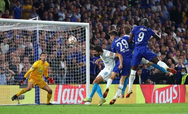 Lukaku có pha không chiến dũng mãnh giúp Chelsea thắng Zenit.