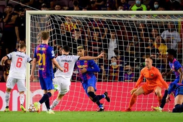 Lewandowski 2 lần sút bồi thành công giúp đội khách thắng 3-0.