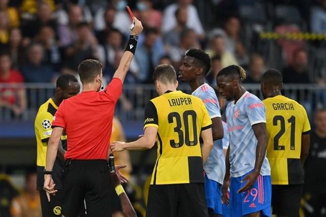 Wan-Bissaka nhận thẻ đỏ trực tiếp ở phút 35 sau pha vào bóng nguy hiểm.