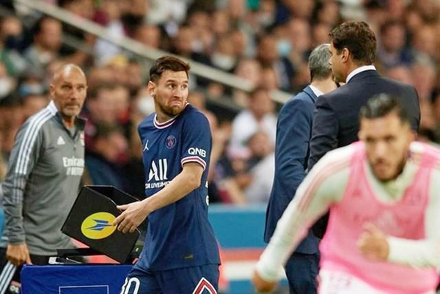 Messi tỏ thái độ với HLV Pochettino khi bị thay ra.