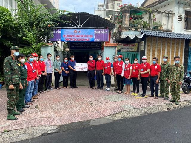 Hội Chữ thập đỏ TP Hồ Chí Minh đã trao tặng Quận 1 20 tấn gạo để chia sẻ khó khăn với bà con.