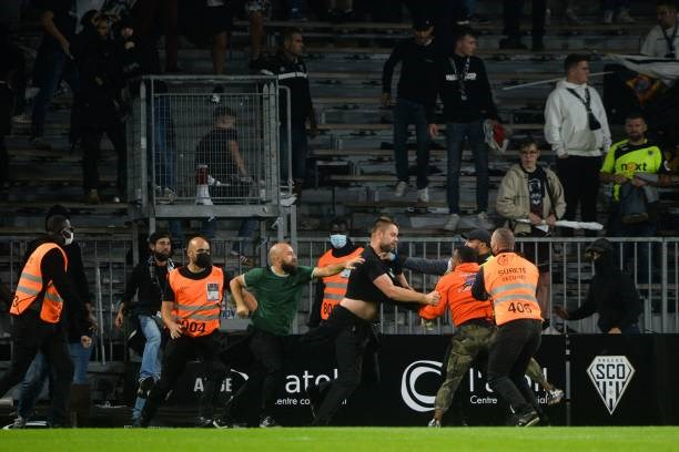 Khán giả giải Ligue 1 lần thứ 3 gây hỗn loạn từ khi Messi đến thi đấu - Ảnh 10