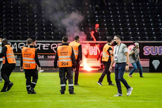 Khán giả giải Ligue 1 lần thứ 3 gây hỗn loạn từ khi Messi đến thi đấu - Ảnh 2