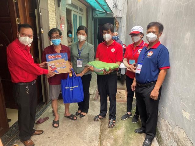 Phần quà gồm 10kg gạo, 1 thùng mì, khẩu trang và các nhu yếu phẩm hằng ngày.