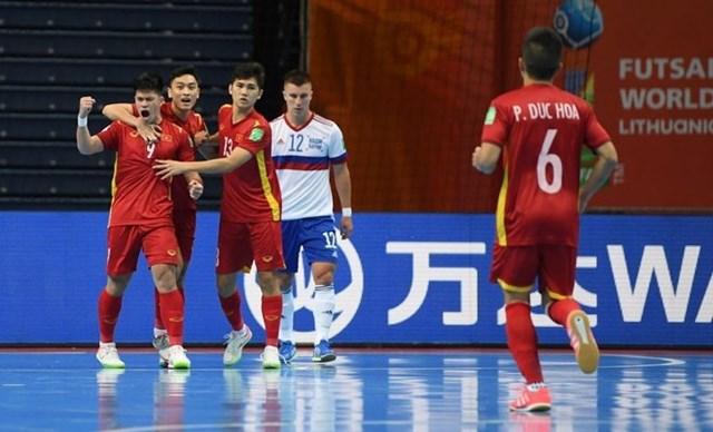 Tuyển futsal Việt Nam ngẩng cao đầu rời giải.
