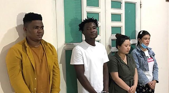 Các đối tượng bị truy tố (từ trái qua): Diallo Micheal; Agada Samuel; Cáp Xuân Thùy và Bùi Thị Nghi. Ảnh: CTV.