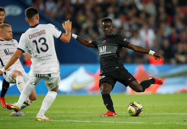 Tiền vệ Gueye mở tỉ số cho PSG với một cú sút xa.