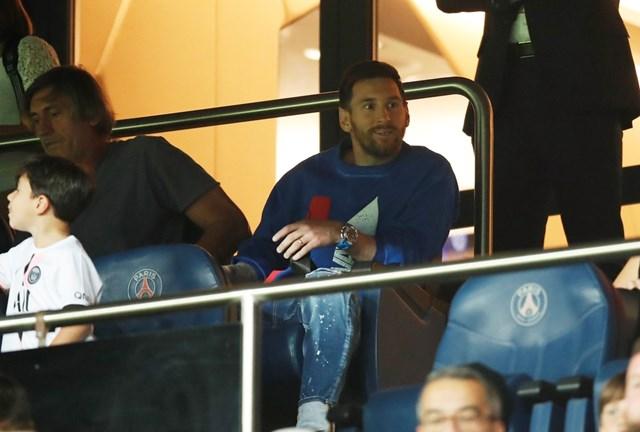Messi phải ngồi khán đài chứng kiến các đồng đội tái lập chuỗi thành tích lịch sử cho PSG.