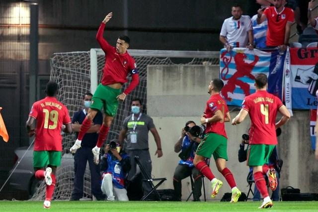 Ronaldo lập hat-trick giúp Bồ Đào Nha đại thắng 5-0.