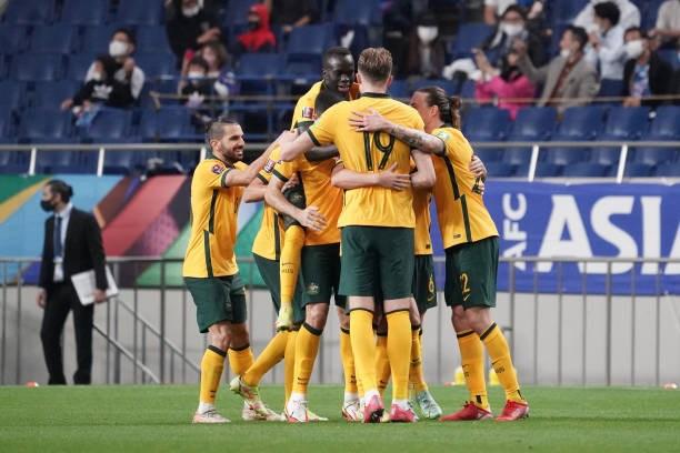 Australia có bàn gỡ hòa nhờ cú sút phạt hàng rào đẹp mắt của Hrustic.