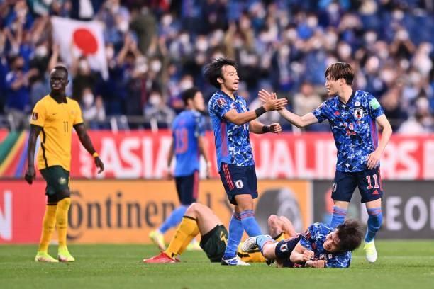 Nhật Bản có bàn ấn định tỉ số khi Behich đá phản lưới nhà.