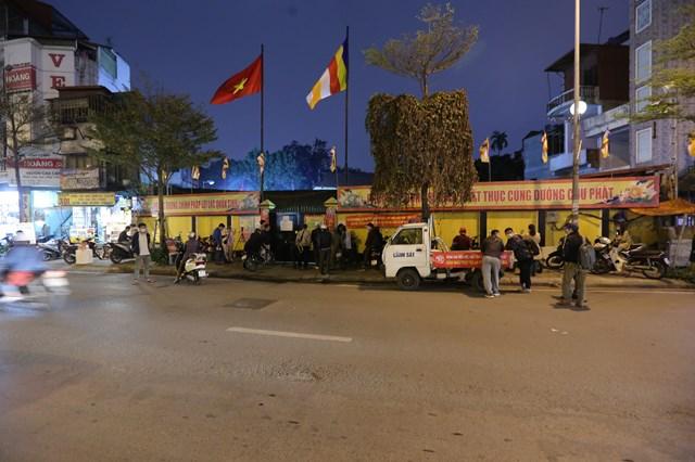 An ninh được thặt chặt tại cổng chùa Phúc Khánh.