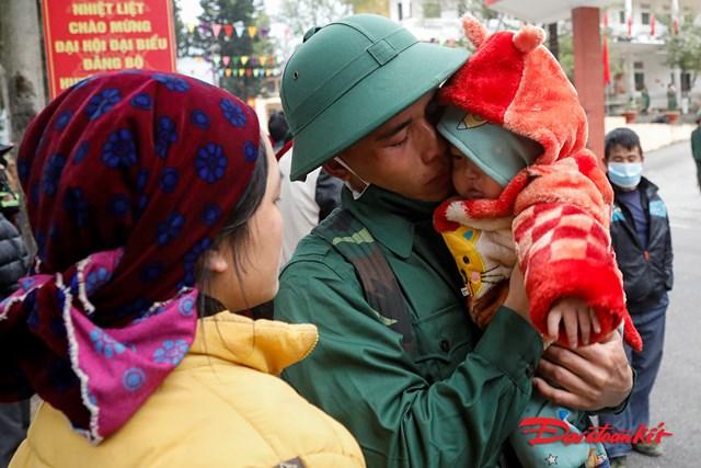 Một số tân binh có con nhỏ được Ban chỉ huy quân sự huyện cho phép gặp vợ, con trước khi lên đường nhập ngũ.