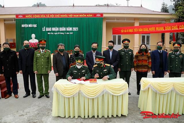 Lãnh đạo tỉnh và huyện chứng kiến Lễ ký kết biên bản bàn giao quân.
