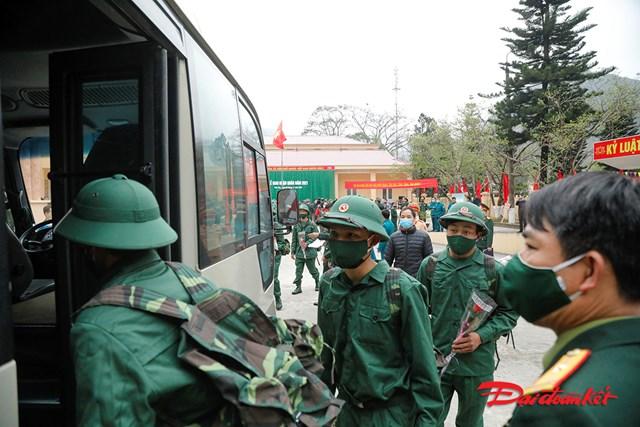 Các tân binh lên xe trở về đơn vị đóng quân.